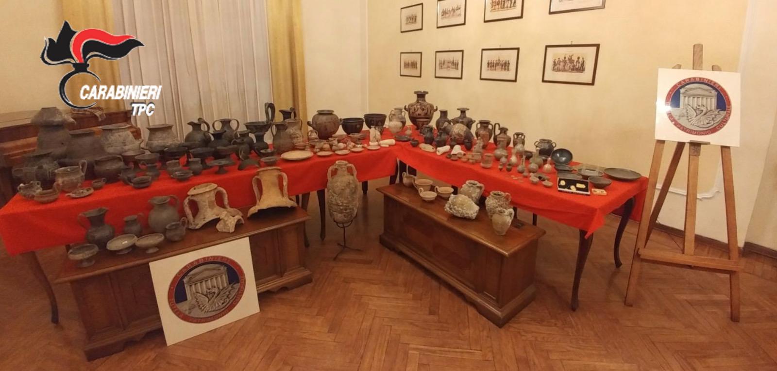 Litigano per l'eredità e i carabinieri scoprono un tesoro archeologico