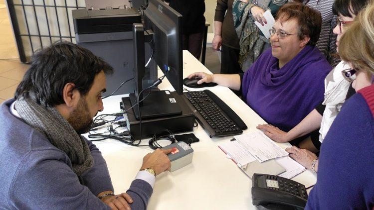 MONCALIERI – Il sindaco è il primo a chiedere la nuova carta d'identità elettronica