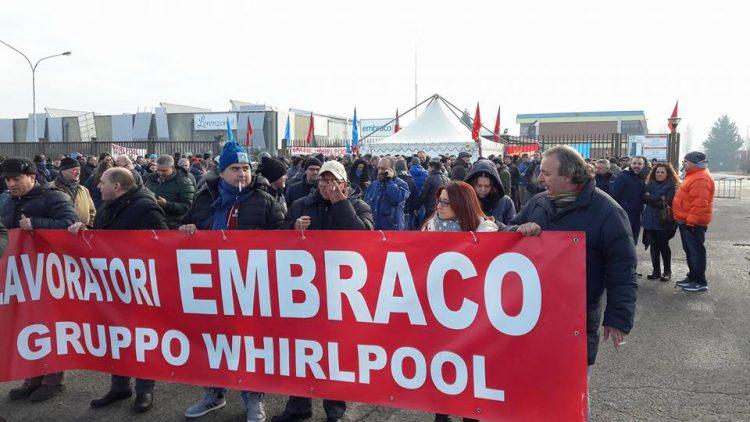 I lavoratori Embraco a Torino per manifestare contro la chiusura dello stabilimento