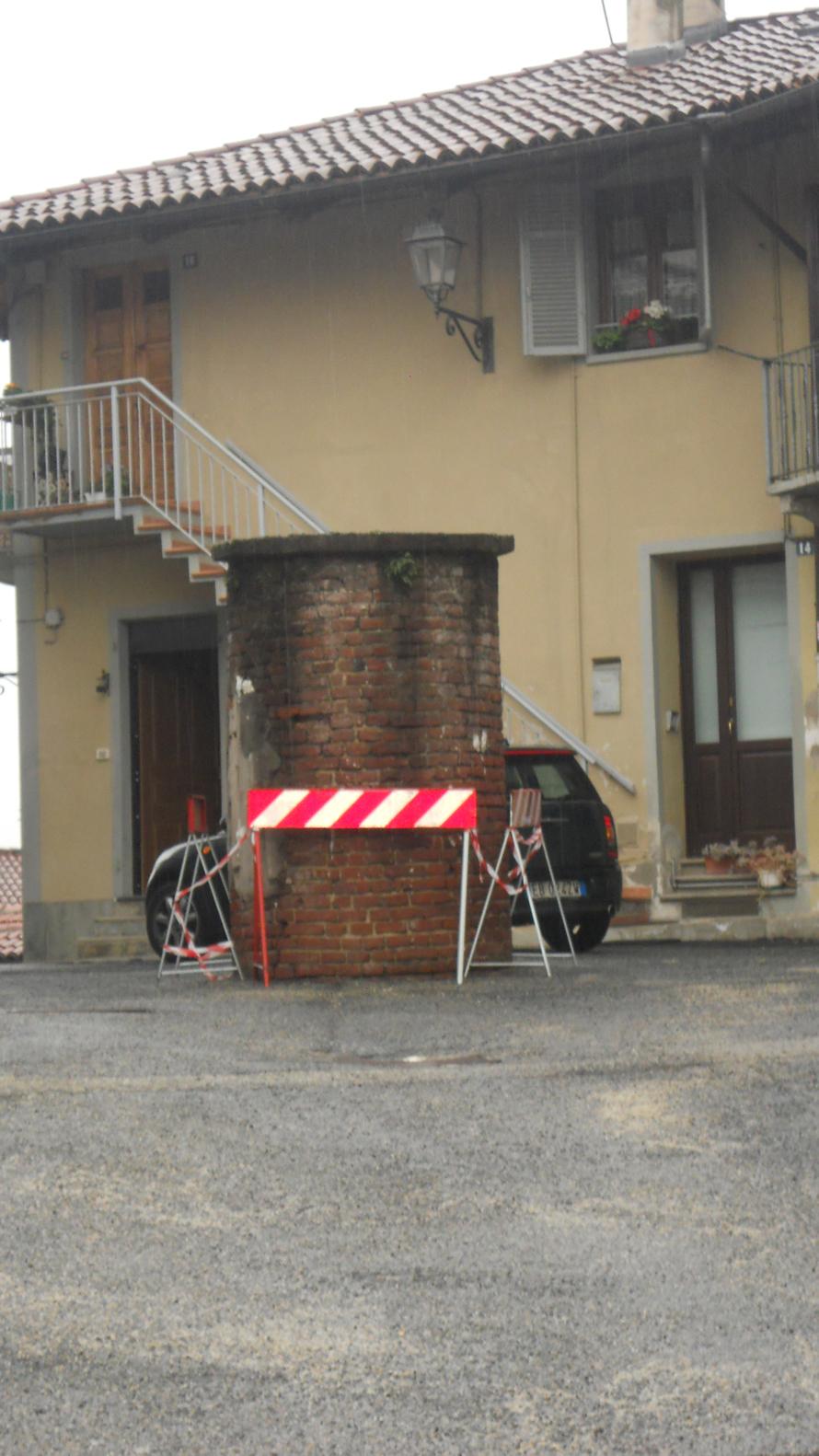 Cambiano: lo storico pozzo di via del Castello mostra segni di cedimento