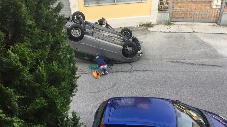 MONCALIERI – Incidente in via De Gasperi: auto ribaltata