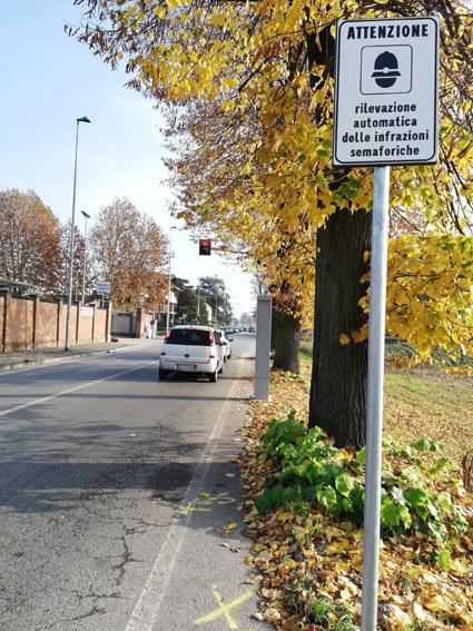 Nuovo semaforo con telecamera a Trofarello. È attivo su via Torino, all'incrocio con Valle Sauglio