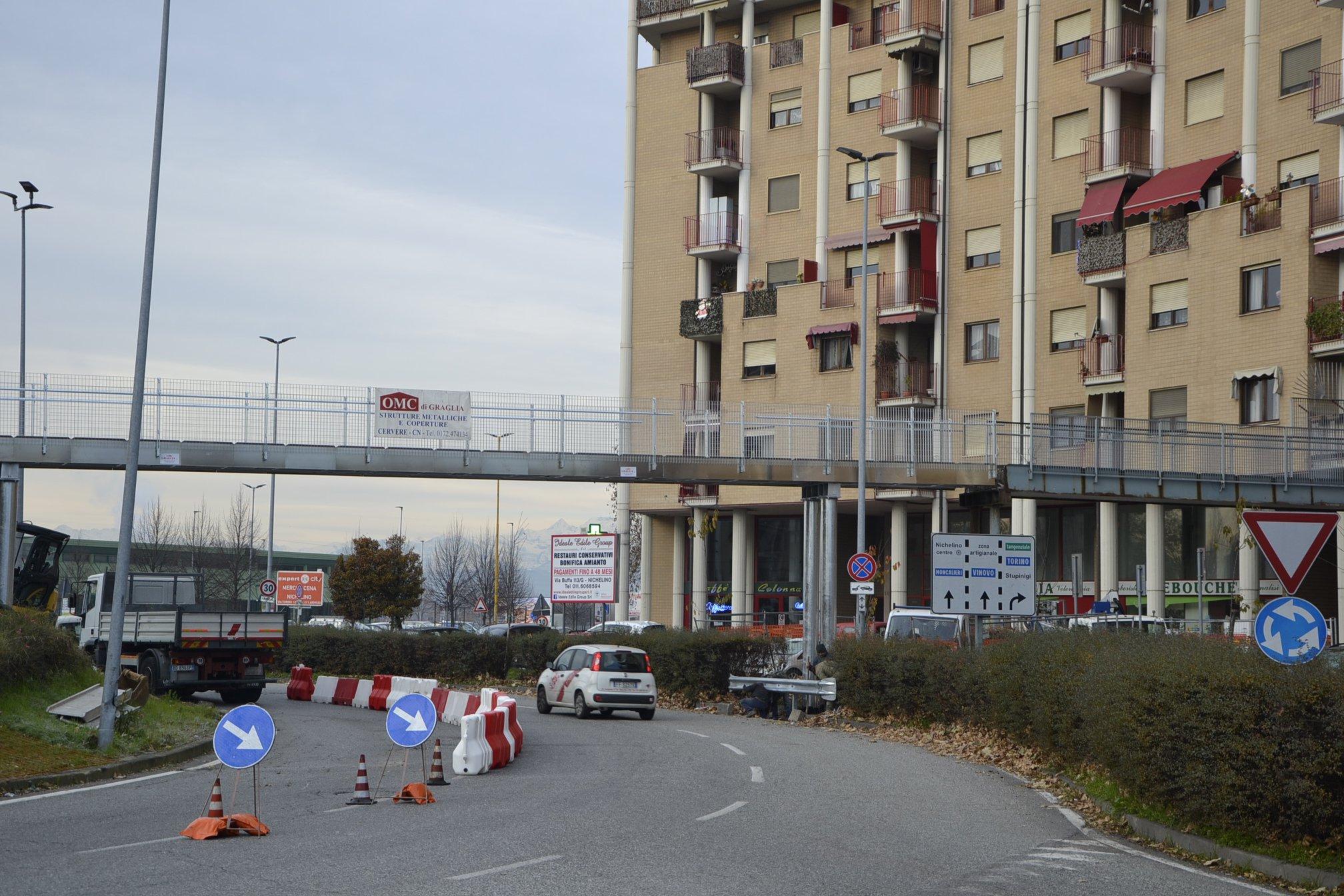 NICHELINO – Sostituito il tratto di passerella crollato tre anni fa