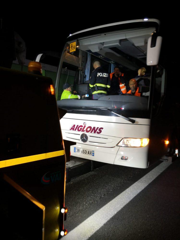 TROFARELLO – Guasto all'autobus della gita in piena notte: la stradale porta gli studenti in albergo