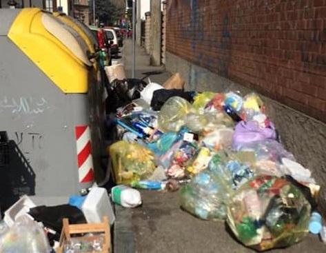 NICHELINO – Via Concordia bloccata dalla spazzatura