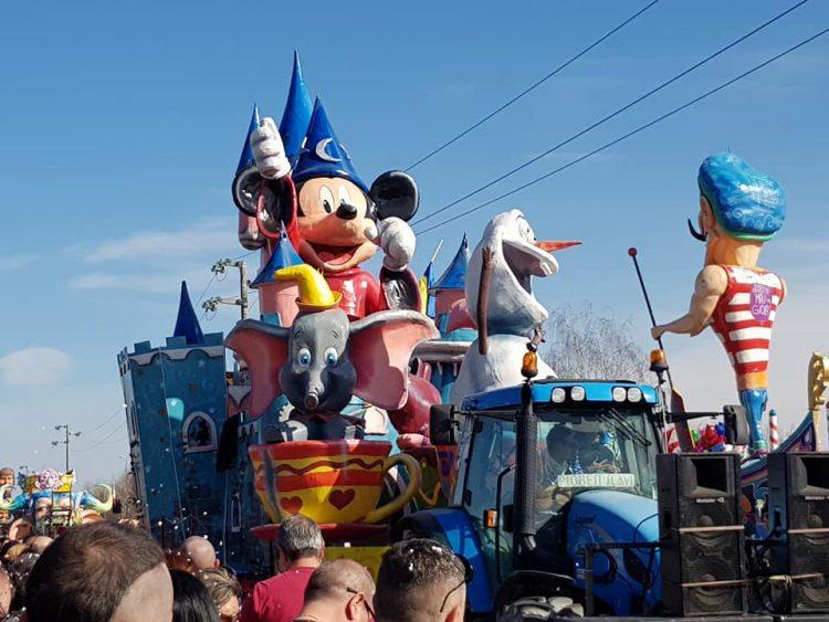 MONCALIERI – Bagno di folla per il carnevale