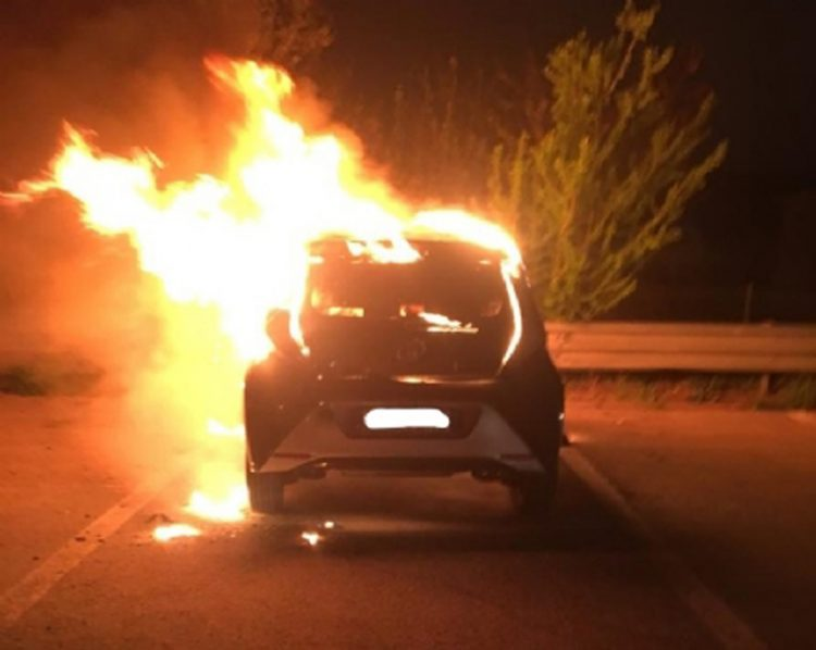MONCALIERI – Auto in fiamme al 45o
