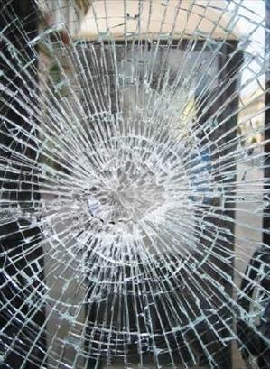 MONCALIERI – Sfondano la vetrina di un bar per rubare l'incasso