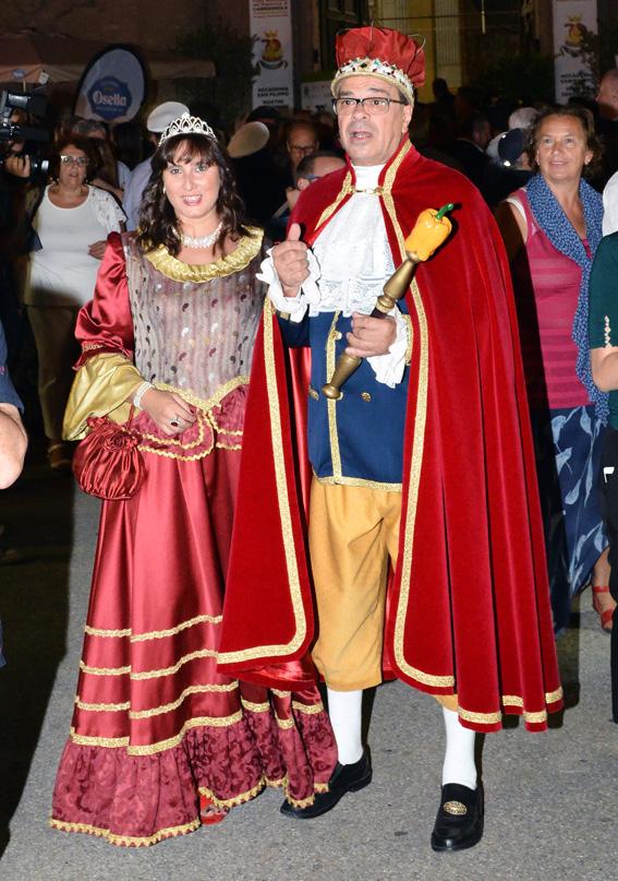 Il Re Peperone e la Bela Povronera sfilano a Carmagnola per la Fiera. Li accompagneranno maschere da tutt'Italia