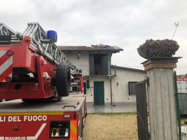 CARMAGNOLA – Incendio sul tetto di una casa a Vallongo