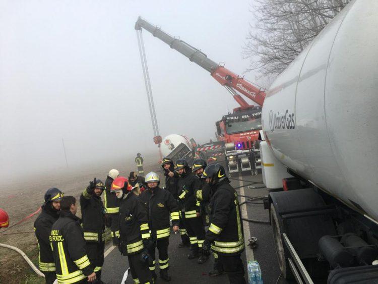 CARIGNANO – Lunghe operazioni per la messa in sicurezza della cisterna: la provinciale 138 chiusa almeno fino alle 17