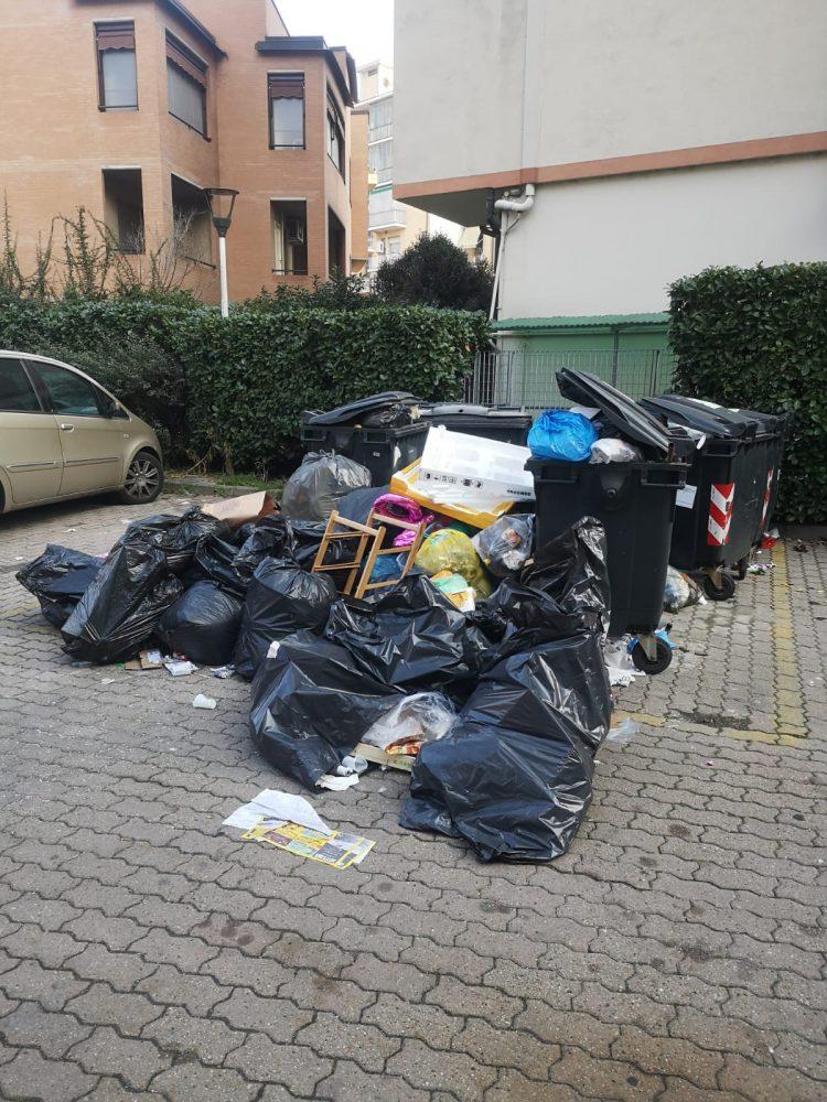 NICHELINO – Nuovo scempio di rifiuti in via XXV Aprile