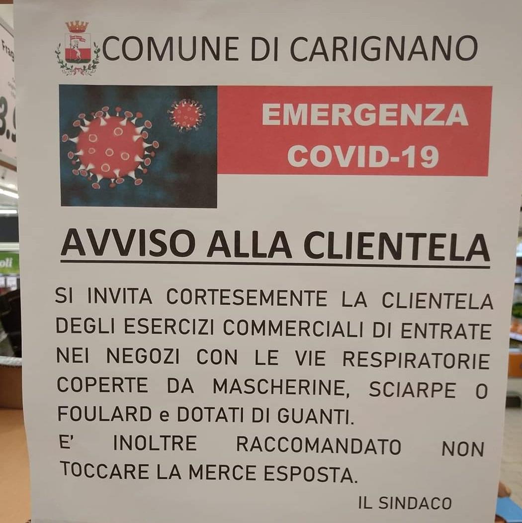 """CARIGNANO – Un cartello all'ingresso dei negozi: """"Usare mascherine e guanti"""""""