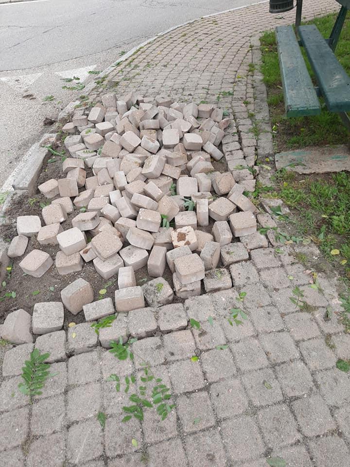 TROFARELLO – Mezzo pesante si incastra nella rotonda e sfascia il marciapiede