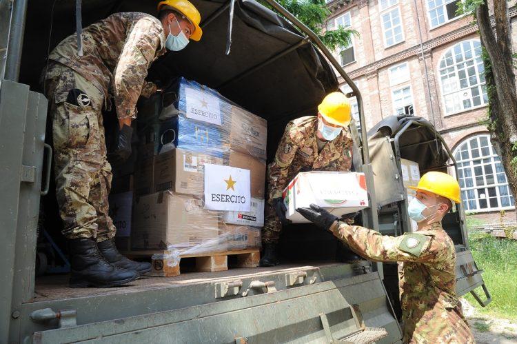 SOLIDARIETA' – L'esercito dona tremila chili di alimenti al Torinese