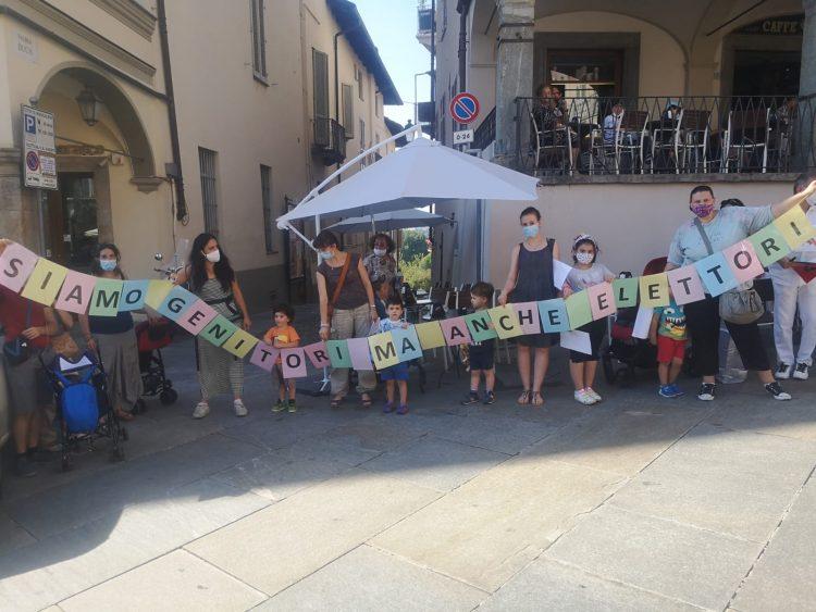 MONCALIERI – La protesta sotto il Comune per la rivoluzione all'asilo Arcobaleno