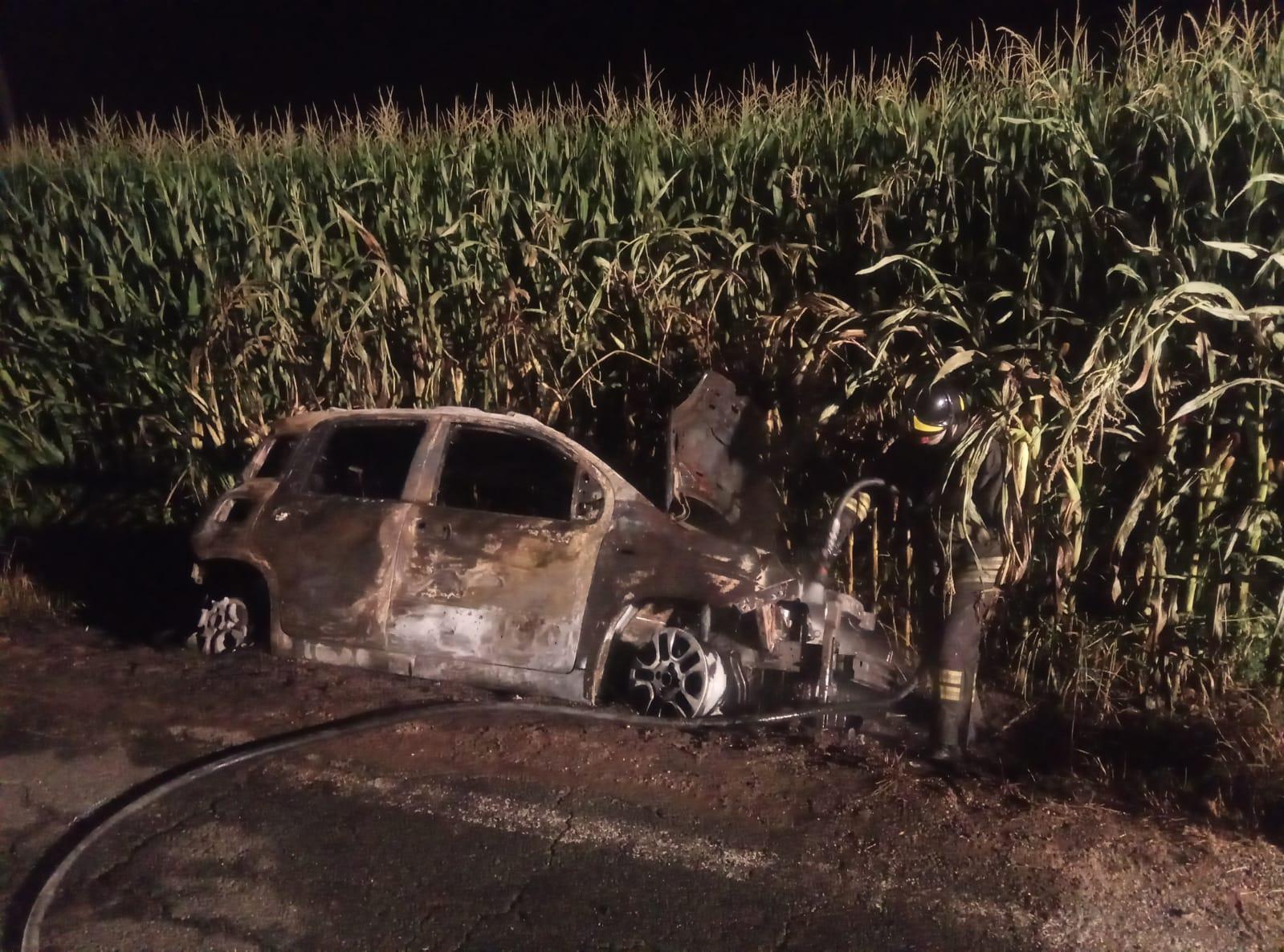CARMAGNOLA – Auto rubata in fiamme: indagano i carabinieri