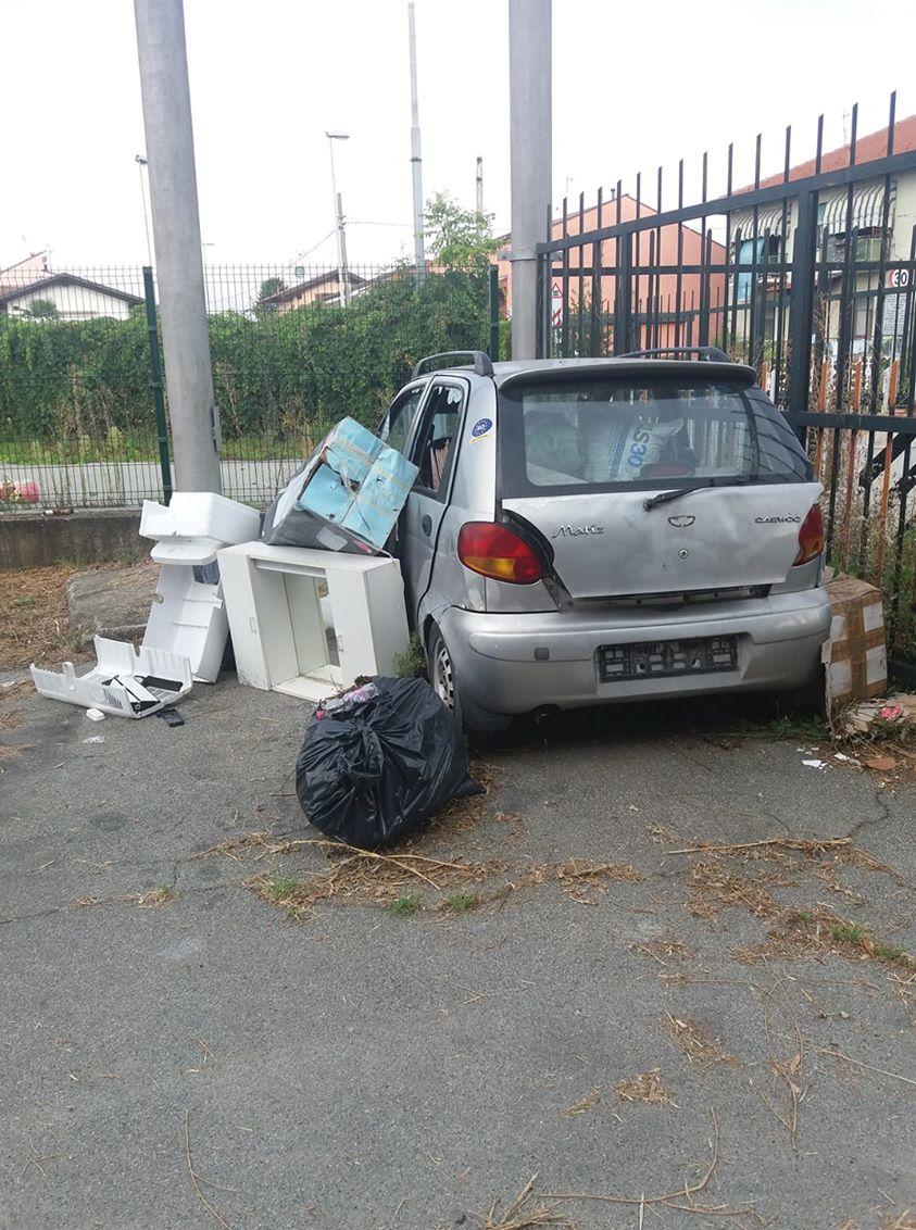 MONCALIERI – Auto abbandonata e rifiuti: le proteste in strada Mongina