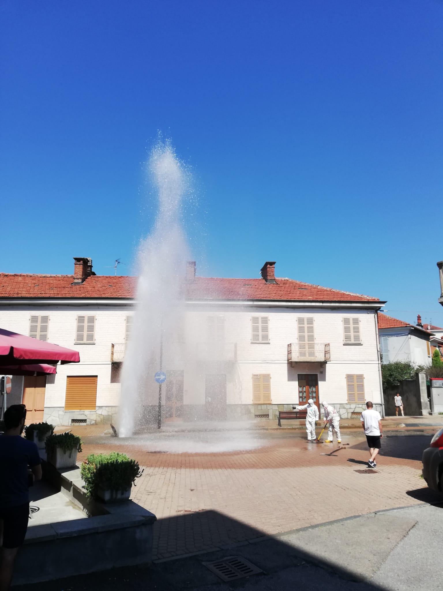 """TROFARELLO – Maxi guasto alla tubazione dell'acqua in via Roma: """"geyser"""" alto diversi metri"""