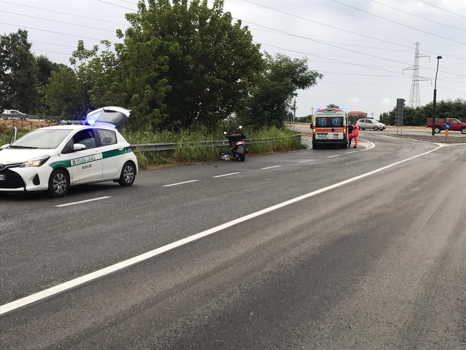 NICHELINO – Lunga scia d'olio sulla variante per Borgaretto: due motociclisti cadono