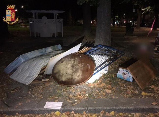 Scaricano i rifiuti nel parco