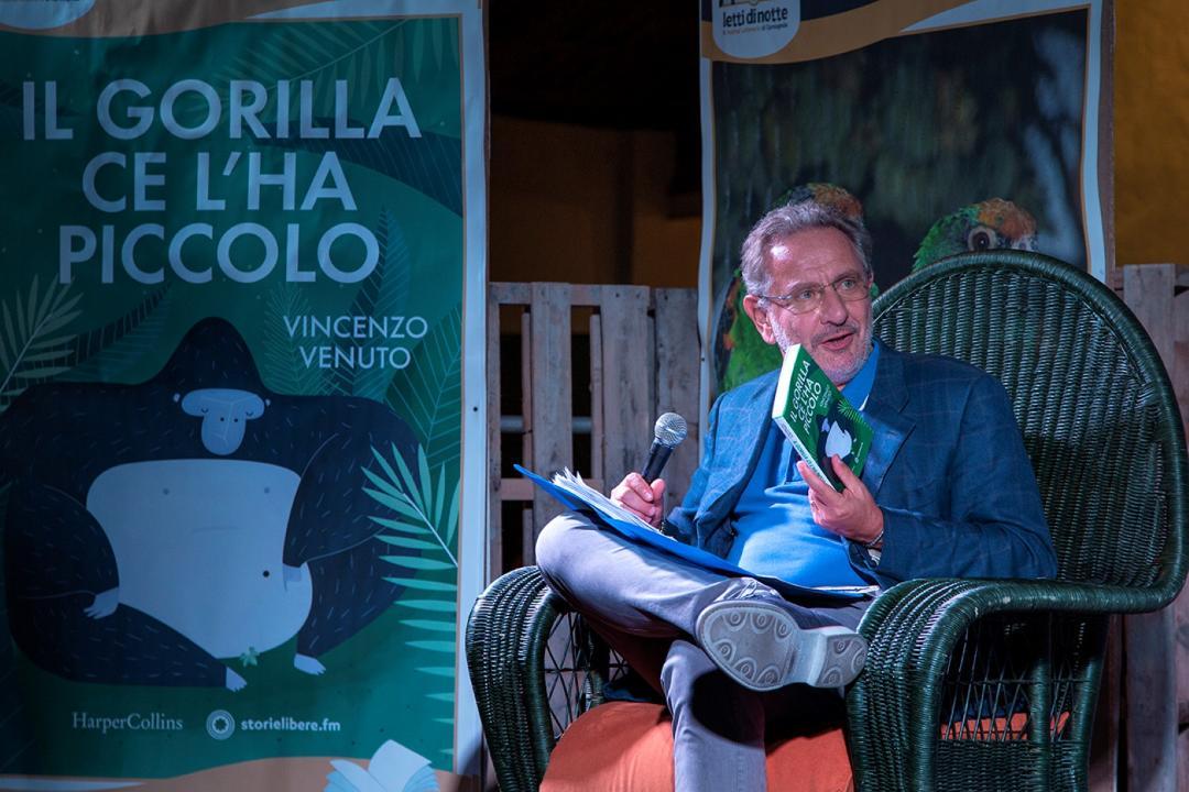 Vincenzo Venuto a Letti di Notte spiega perché il gorilla ce l'ha piccolo (e molto altro)