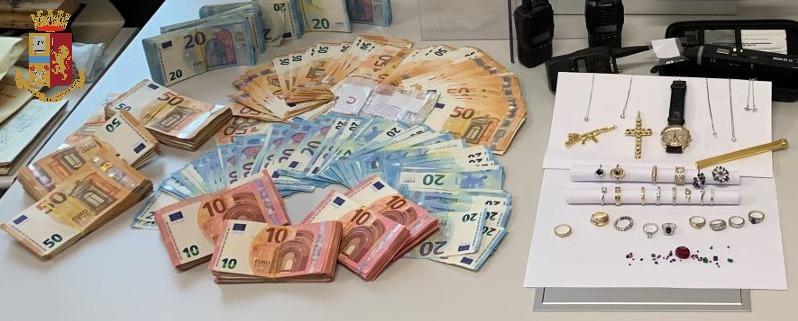 MONCALIERI – Soldi nel divano, oggetti preziosi e armi: arrestato 33 enne