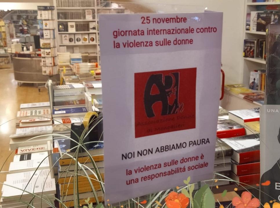 MONCALIERI – Il centro storico si tinge di rosso per la giornata contro la violenza sulle donne