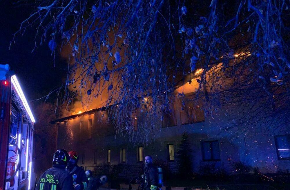 Le luci di Natale vanno in corto e incendiano il tetto della casa