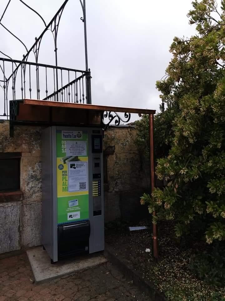 PECETTO – Installato nel cortile del Comune il primo distributore automatico di sacchetti per la raccolta differenziata della plastica
