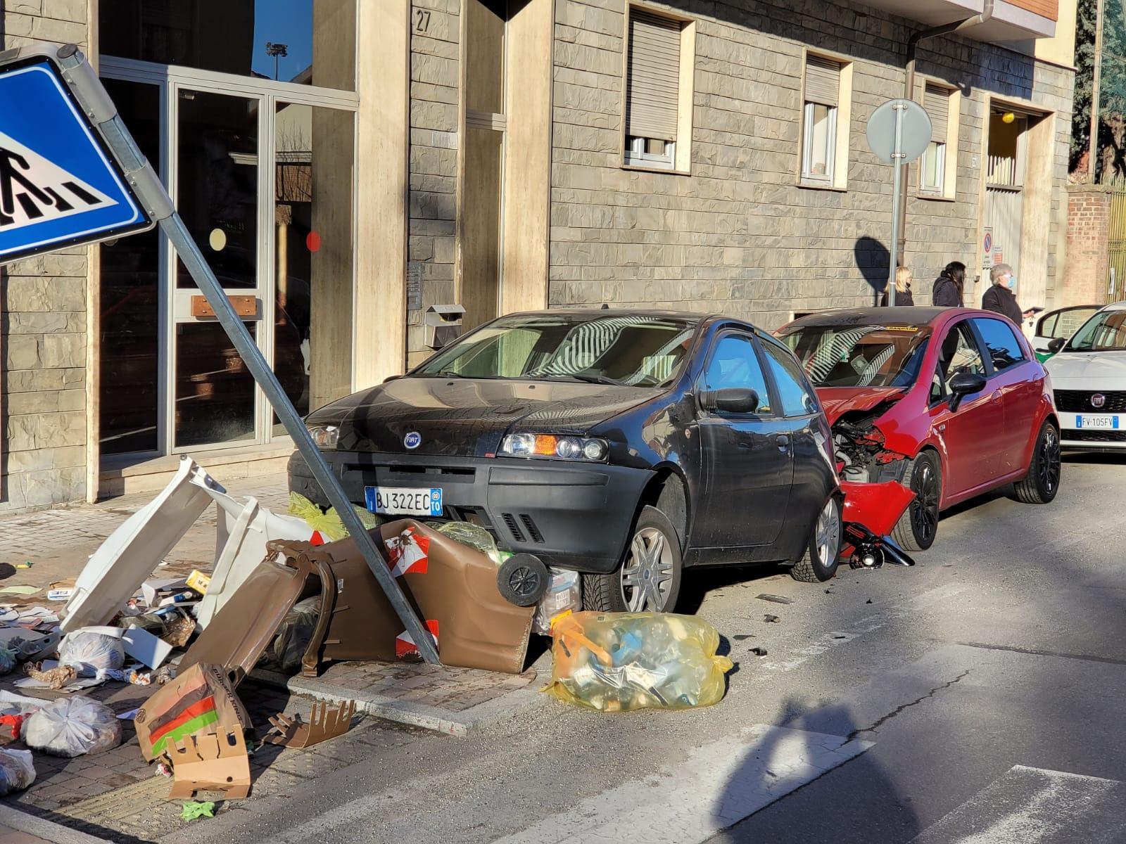 MONCALIERI – Si schianta contro una macchina in sosta e fugge a bordo dell'auto dell'amico