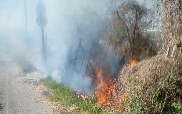 MONCALIERI – Incendio in via del Fontaneto: sterpaglie in fiamme