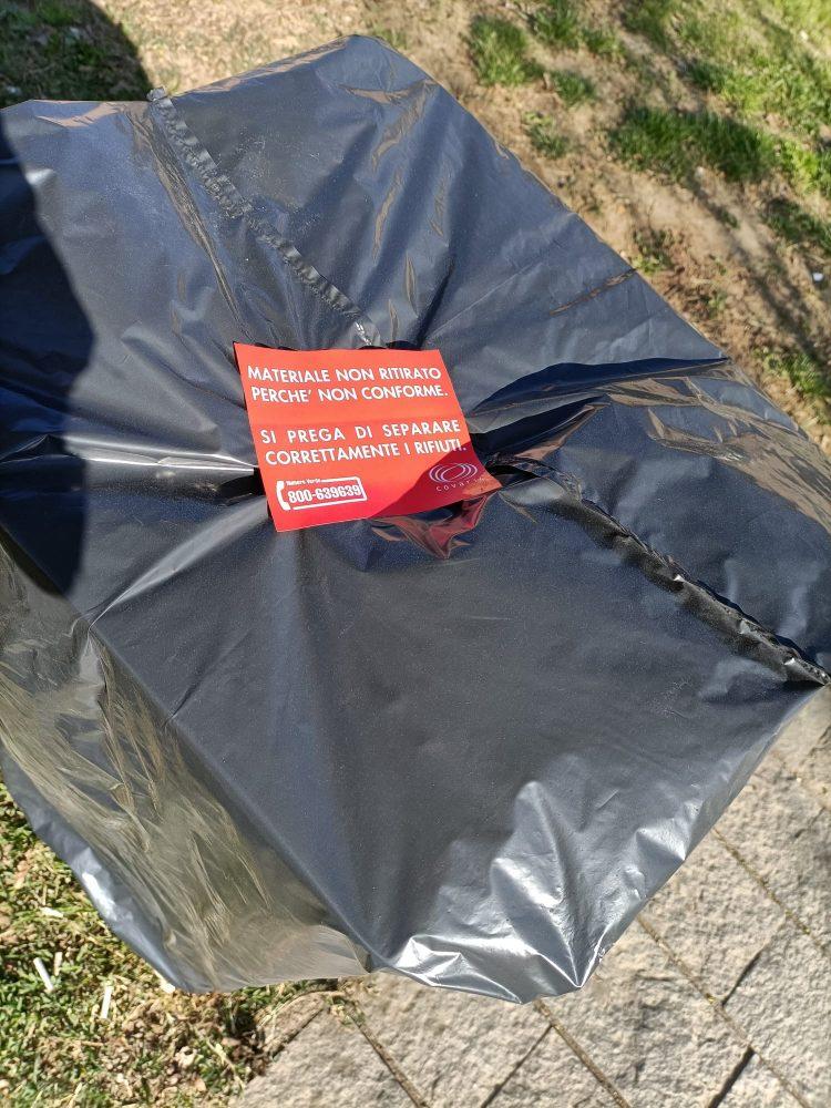 LA LOGGIA – Coperto un cestino pubblico per rifiuti non consoni: ma in realtà va sostituito