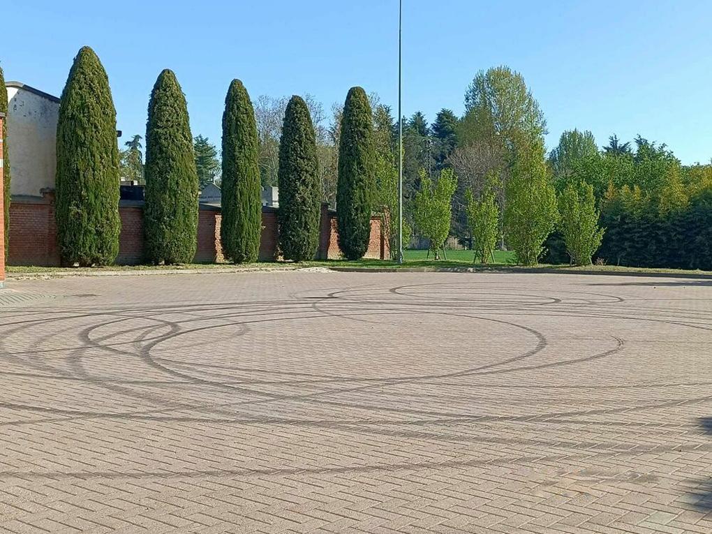 LA LOGGIA – Sgomma con la Porsche sul piazzale del cimitero e rovina tutto il porfido