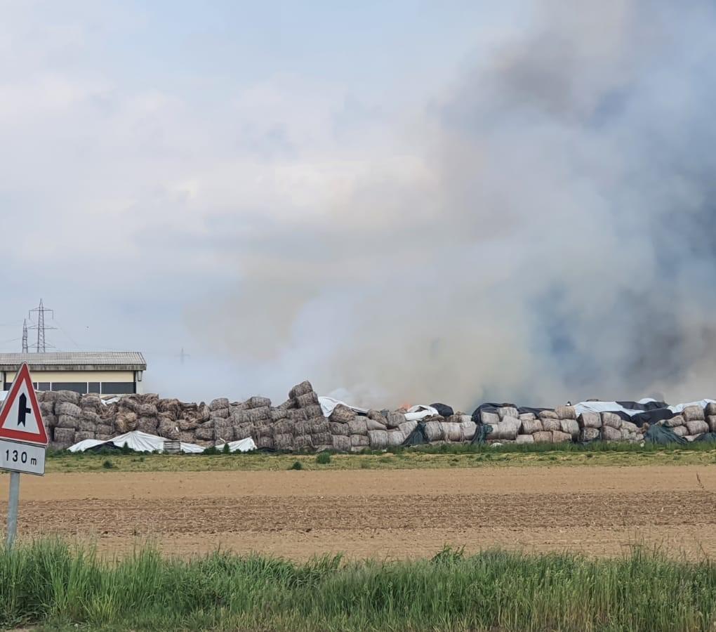 CARMAGNOLA – Incendio nell'area antistante la Assocanapa