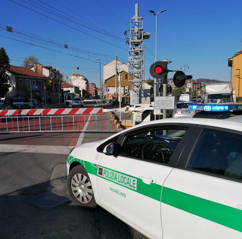 NICHELINO – Rischia una denuncia per interruzione di pubblico servizio la conducente dell'auto rimasta nel passaggio a livello