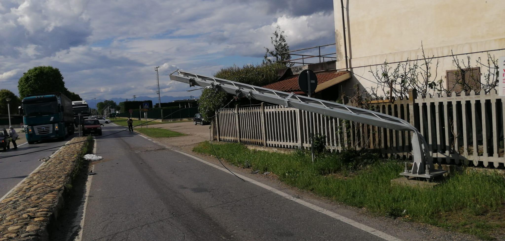 VINOVO – Camion abbatte un traliccio dell'alta tensione della ferrovia: traffico in tilt