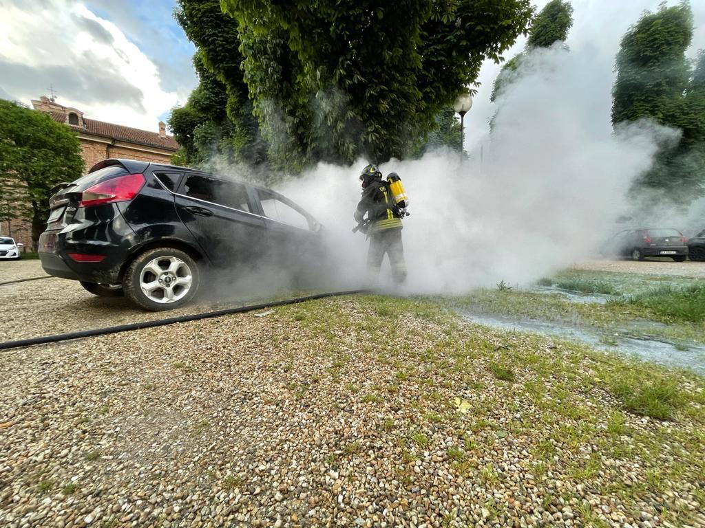 CARMAGNOLA – Incendio distrugge un'auto