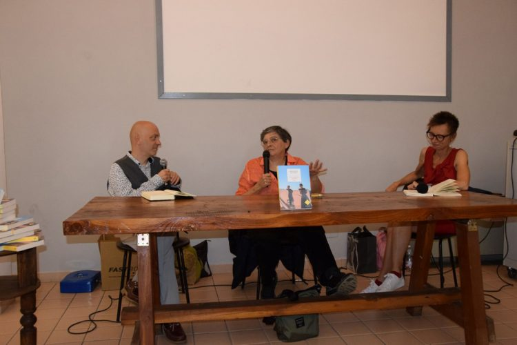 Margherita Giacobino fissa lo sguardo sui lettori dell'Aperilibro Carignano