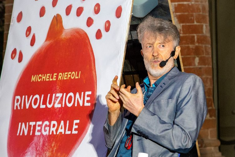 """Michele Riefoli, svela la """"Rivoluzione Integrale"""" al Libro del Mercoledì"""