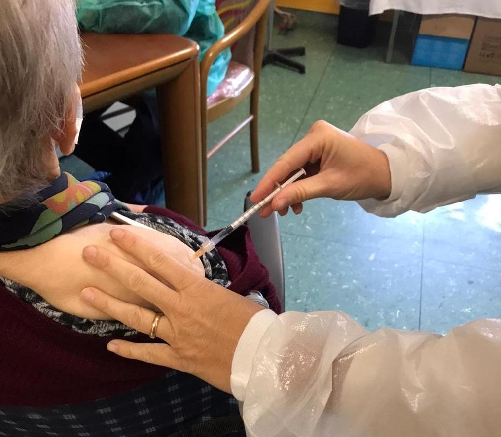 VINOVO – Cento anni e terza dose di vaccino: Nonna Francesca l'esempio alla rsa Sereni Orizzonti
