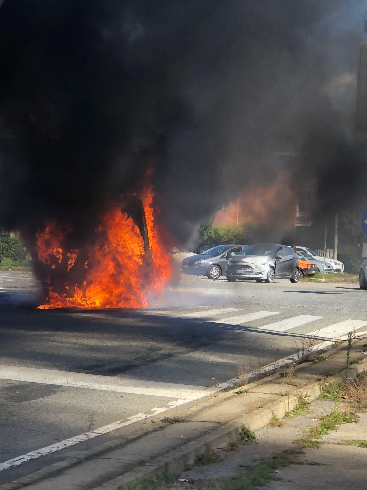 POIRINO – L'incidente e poi il veicolo a fuoco: paura in via Carmagnola