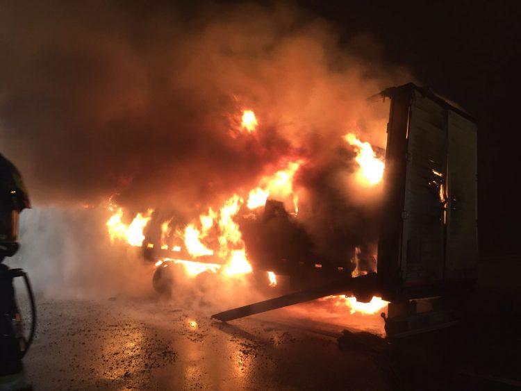 LA LOGGIA – Camion carico di caffè a fuoco durante la notte