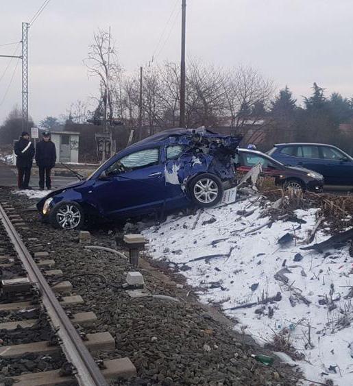 Auto travolta da un treno a Vinovo