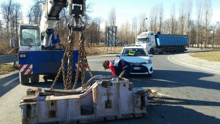 NICHELINO – Cade dal camion un blocco di acciaio: caos a Stupinigi