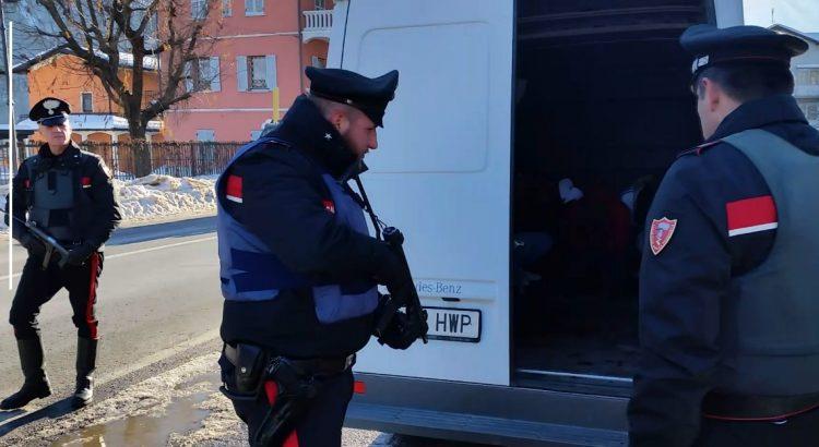 Trasportavano extracomunitari da Torino alla Francia in condizioni precarie: arrestati