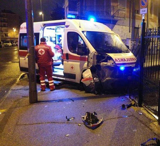 Moncalieri: non sente la sirena dell'ambulanza e causa uno schianto