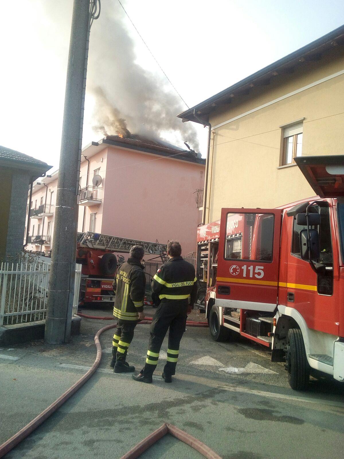 A fuoco il tetto di un condominio. Evacuato l'intero edificio