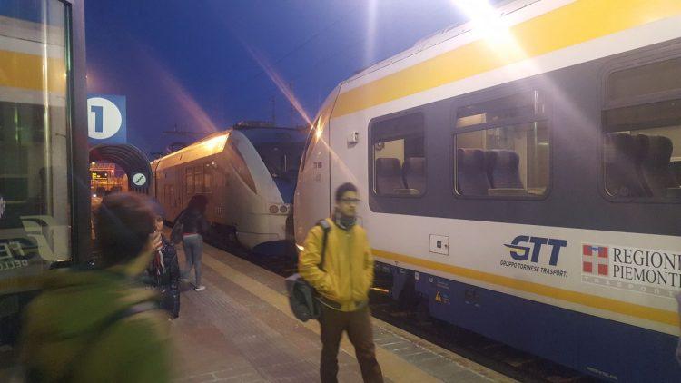 TROFARELLO – Camminano sui binari, disagi ai treni