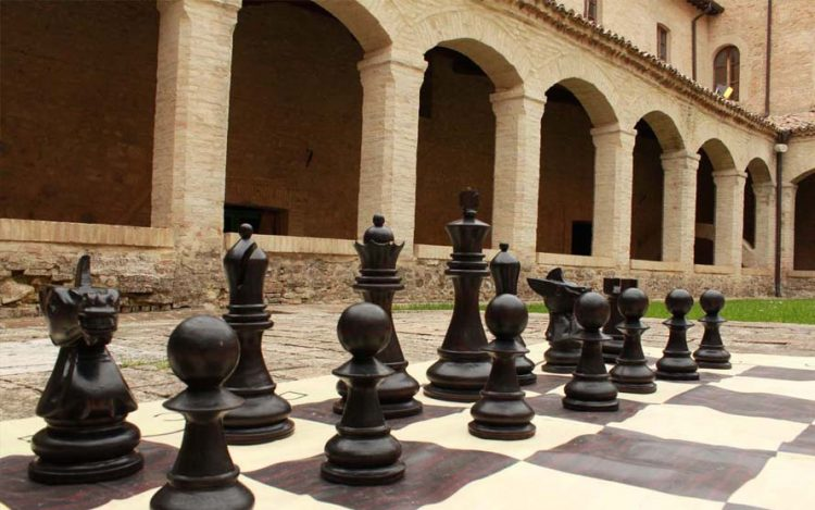 Cambiano: scacchi giganti in piazza Grosso